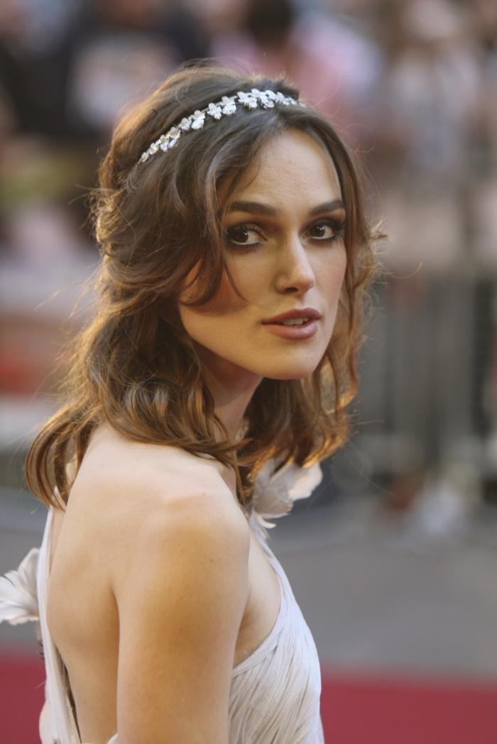 coiffure de cheveux châtain clair avec boucles en couches et accessoire de tête à motifs floraux