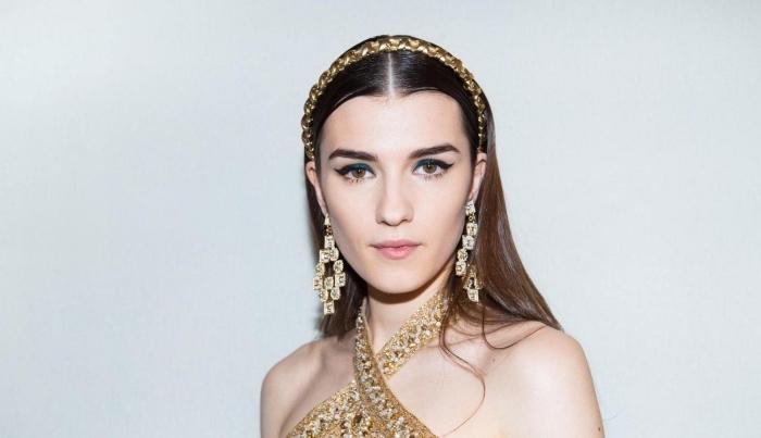 coiffure avec bandeau, cheveux longs de nuance châtain foncé avec diadème en or