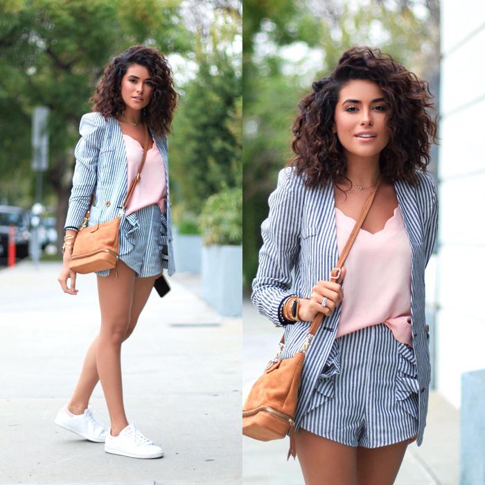 boucles serrées associées avec une mèche de côté qui apportent du volume naturel aux cheveux, une coiffure femme bouclée pour visage rond