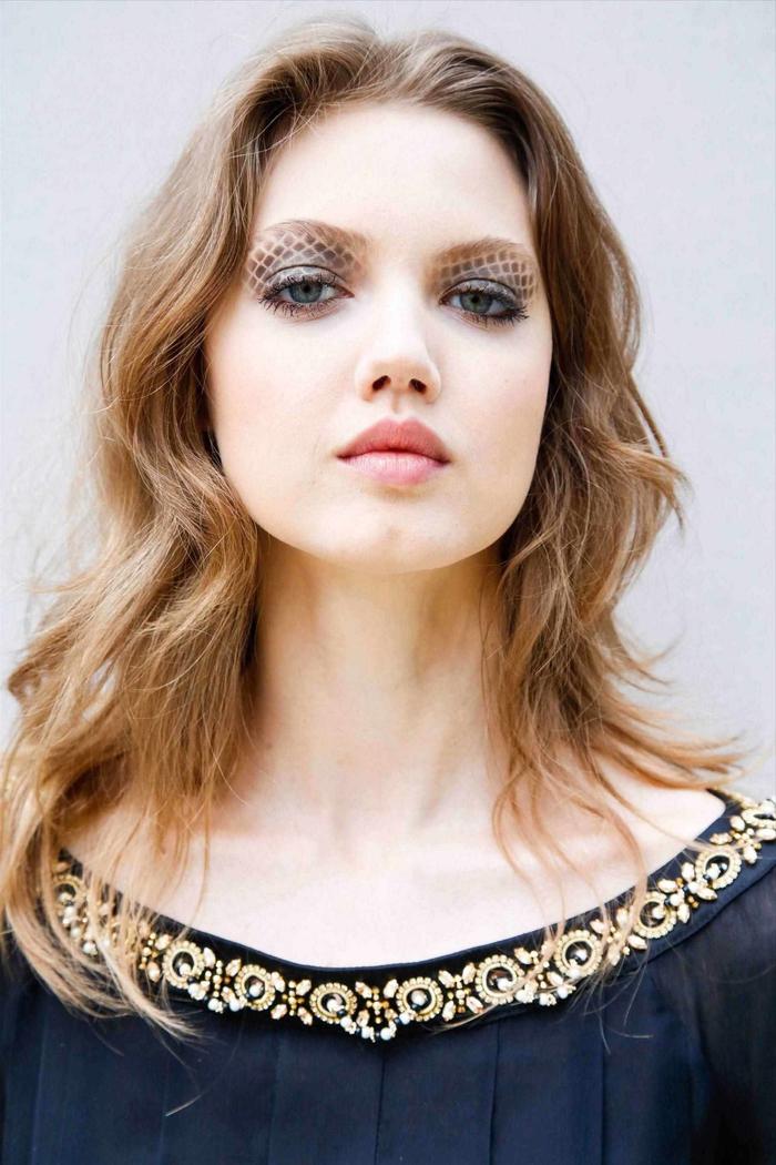 une coupe visage rond légèrement dégradée associée aux ondulations douces naturelles qui apportent du mouvement au visage