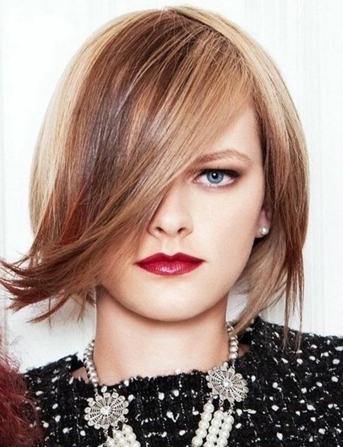 coupes courtes carré aux bouts fins effilés, mèches blondes, caramel et châtain clair, mèches latérales, qui couvrent un œil, pour un look avec effet magnétique