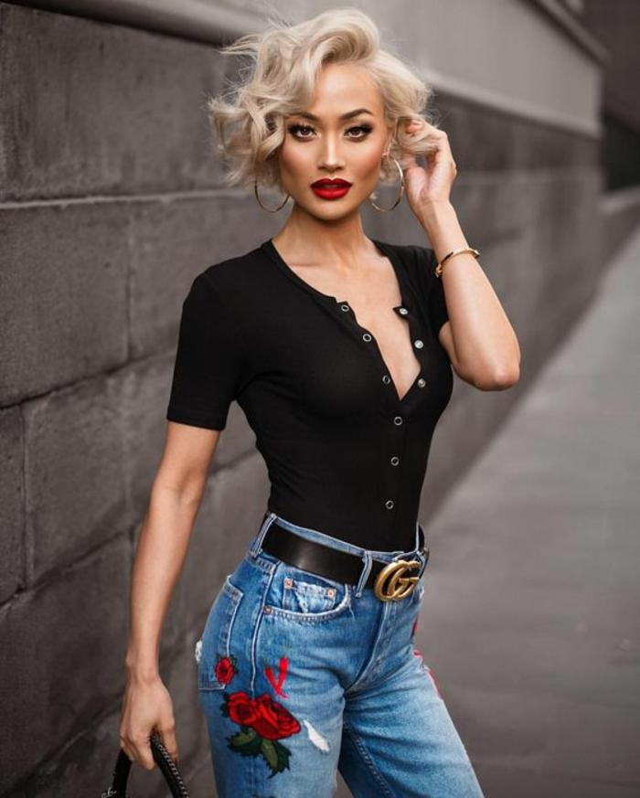 coupe de cheveux femme, mèches en couleur cendres, effet dégradé, look sexy, femme avec rouge à lèvres rouge vermillon