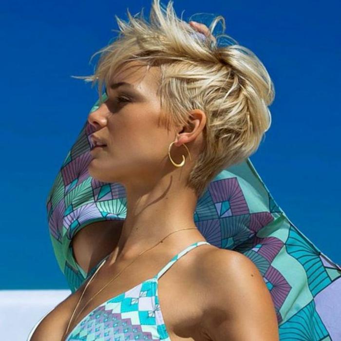 cheveux court blonds, avec cou dégagé, mèches rebelles sur le front, coiffure estivale, entretien léger, balayage et dégradé