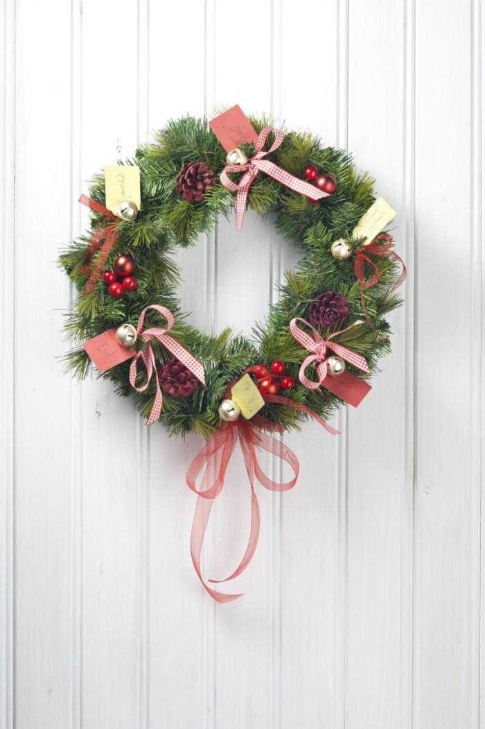 deco de noel a faire soi meme pour l'extérieur, couronne de noel traditionnelle en sapin naturel décorée de petits ornements et de cartes