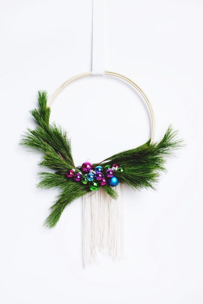 bricolage de noel facile pour réaliser une couronne de noël associant l'élégance simple du style scandinave et de la décoration végétale de la couronne traditionnelle