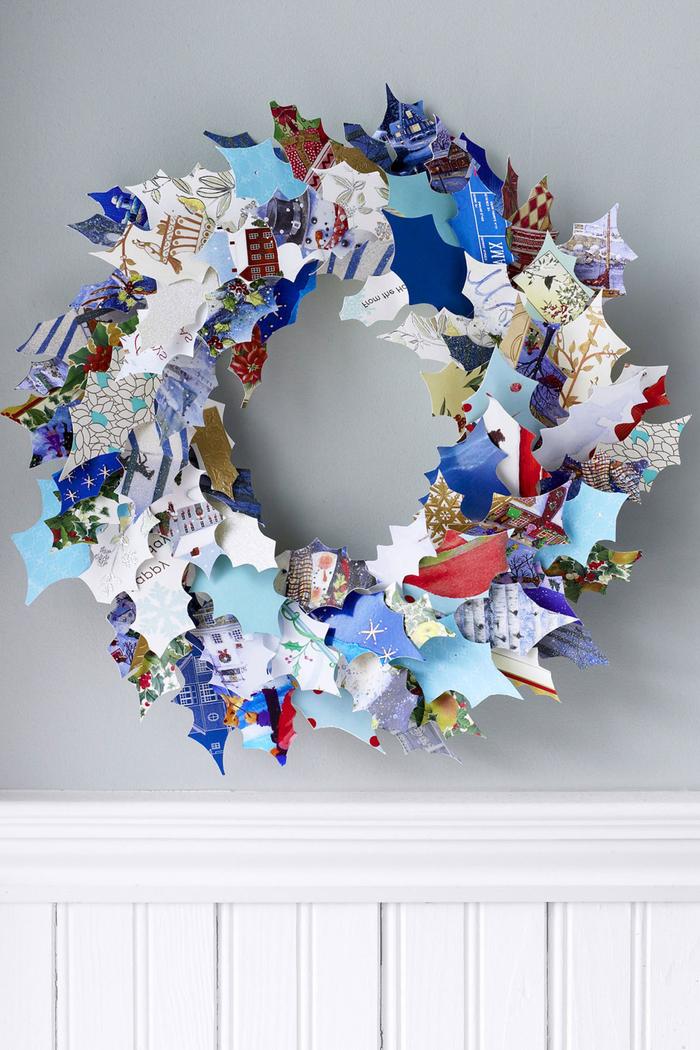 pinterest bricolage de noël avec des matériaux récupérés, couronne de noël en cartes de voeux recyclées