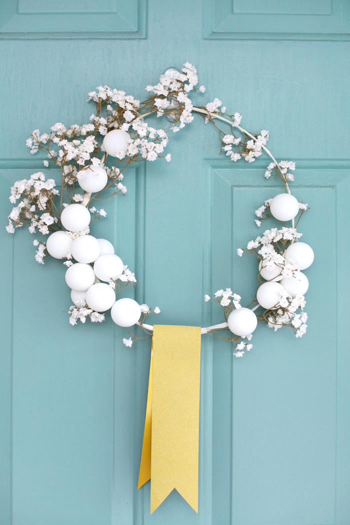 pinterest bricolage pour noel une couronne de porte d'entrée festive et chic décorée de balles de ping pong