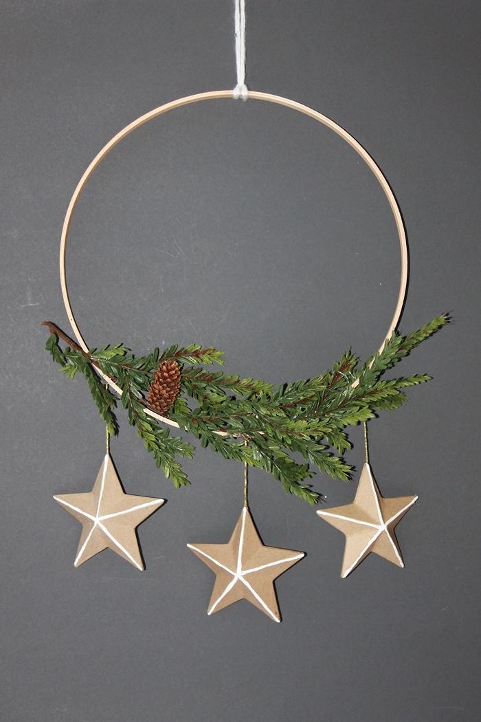 une suspension de noël en forme de couronne de l avent de style scandinave décorée de verdure et trois étoiles, pinterest bricolage à inspiration scandinave