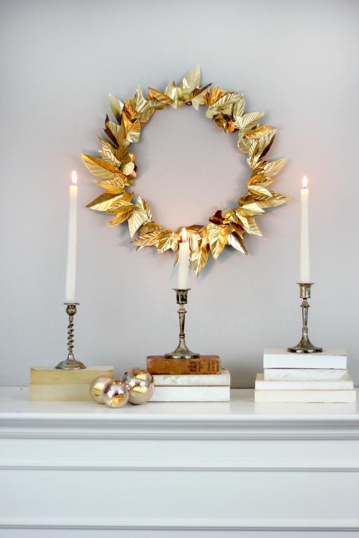 bricolage de noel original pour créer une déco de noël d'or, couronne de noël en feuilles de papier alu doré