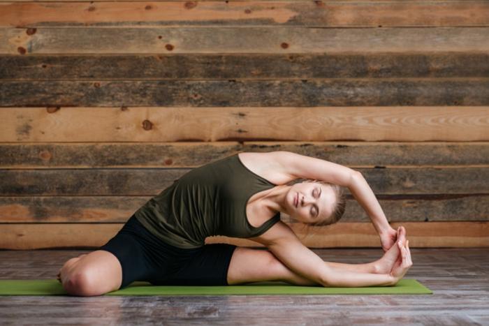 cours de yoga, étirement de yoga sur le sol, pratiquer du yoga classique