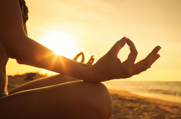 cours de yoga, méditation et sport, pratiquer du yoga sous le soleil couchant