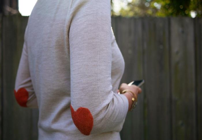 figures art sur le pull en laine, un pull blanc, coeurs oranges pour les manches