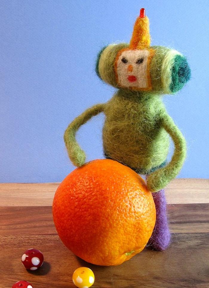 créations avec laine, oeuvre en laine cardée, un petit robot fait main