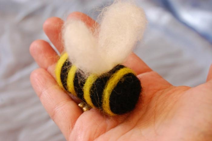 créer des figures avec de la laine, un corps d'abeille en laine feutrée, créations faciles