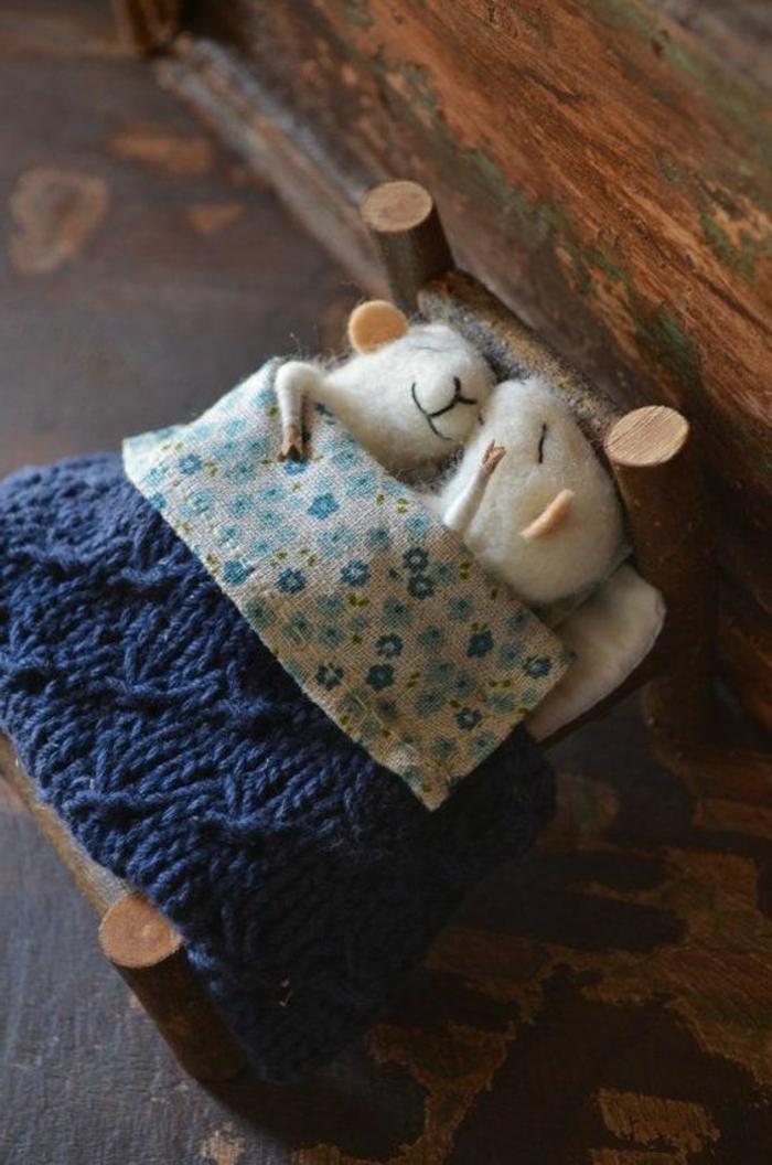 créer des figures avec de la laine, deux petits souris en laine dans un lit minuscule