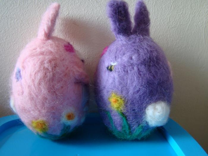 créer des figures avec de la laine, lapins de paques en rose et lilas décorés de jolies fleurs