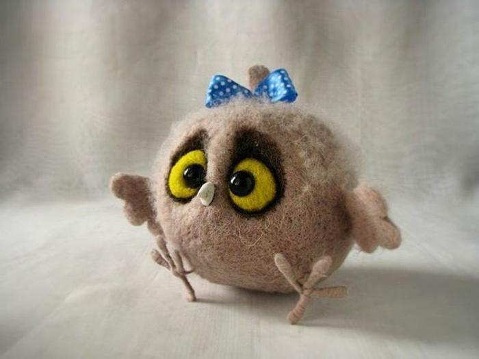 créer des figures avec de la laine, bébé hibou fille avec un ruban bleu, des yeux jaunes