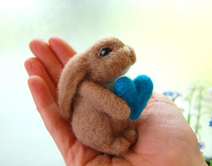 créer des figures avec de la laine, lapin sympathique avec un coeur bleu