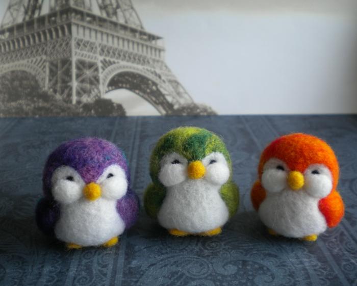 trois pinguins de laine feutrée, feutrer la laine et créer des figures sympathiques