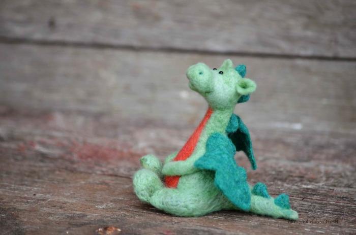 créer des figures avec de la laine, dragon volant en laine verte feutrée