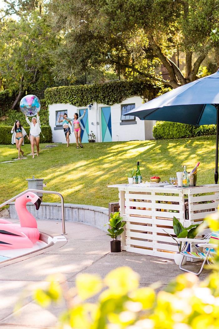 idée originale pour l aménagement de l espace autour de la piscine, bar en palette originale pour votre apéro d été
