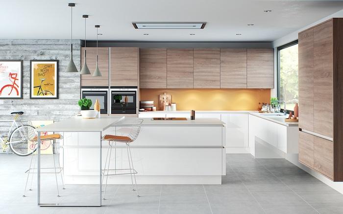 cuisine blanche et bois, idée meuble cuisine haut et armoire bois, meuble bas et ilot central blanc, suspension grise et credence orange, carrelage gris clair