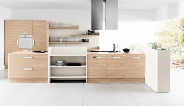 cuisine blanche et bois avec des murs blancs, ilot central et armoire bois clair, etageres bois et aspirateur inox