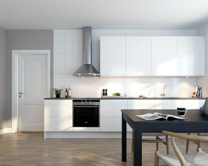 exemple de cuisine amenage en gris et blanc, meuble cuisine blanc, aspirateur inox, sol parquet marro, table noire, murs couleur grise