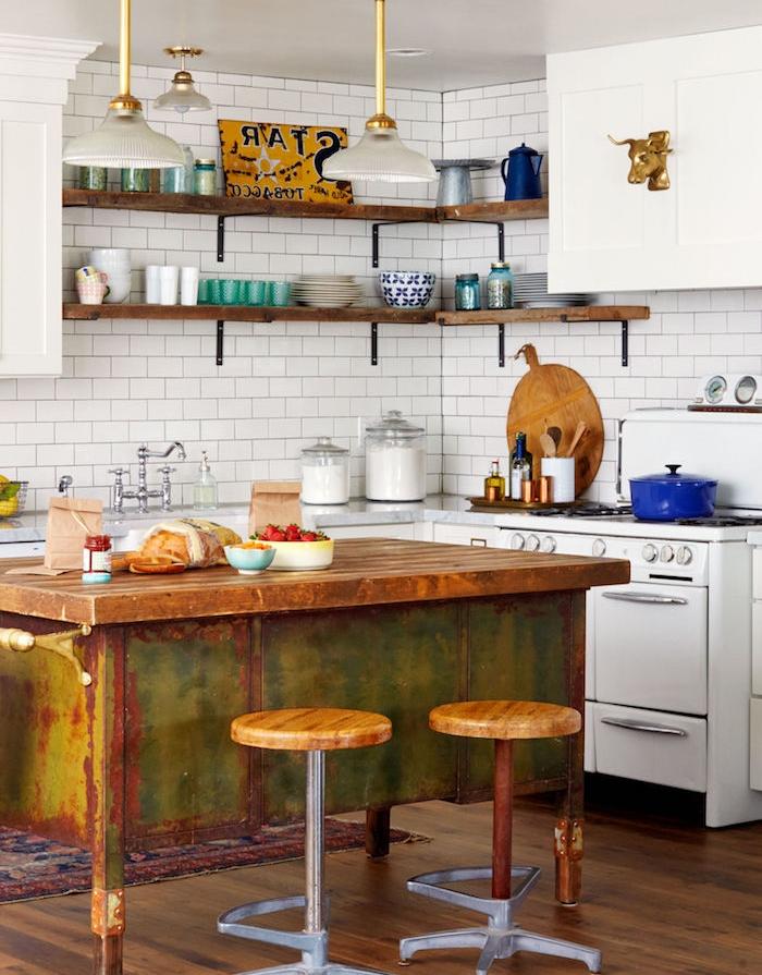 cuisine equipee en l avec des meubles blancs retro choc, credence carrelage blanc, etagere d angle en bois brut et metal, ilot central en fer rouillé, parquet marron