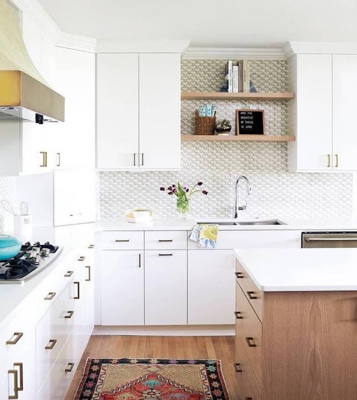 modele de cuisine angle avec meuble haut et meuble bas blanc, parquet bois clair, tapis oriental, credence cuisine gris et blanc, ilot central bois et plan de travail blanc
