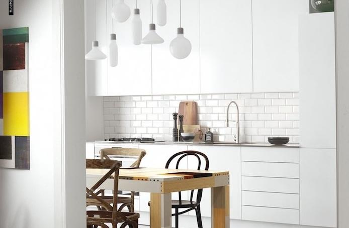 exemple cuisine blanc laqué avec credence carrelage blanc et meubles haut et bas blancs, suspensions blanches design, table bois et chaises bois