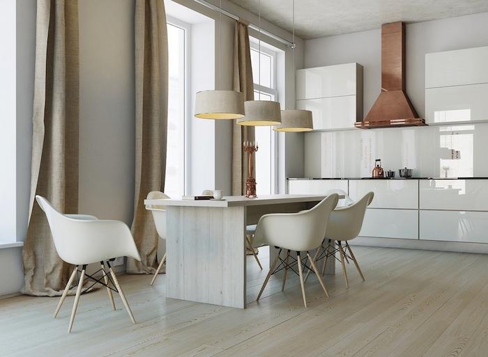 exemple cuisine blanche laquée finition brillante, aspirateur en cuivre, parquet clair, table bois et chaises scandinaves, rideaux gris