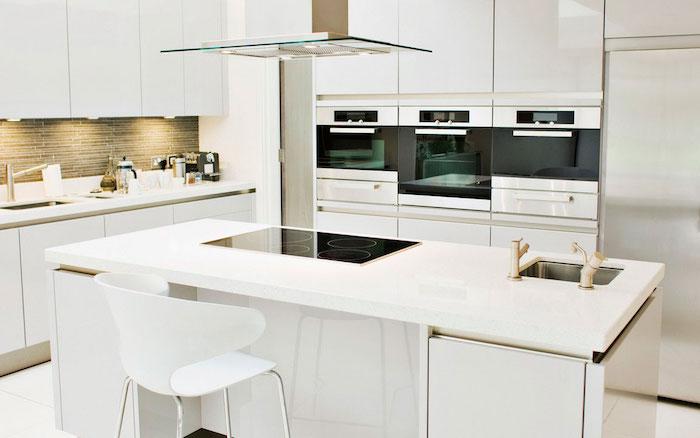 modele cuisine laquée blanche, finition brillante avec ilot central blanc, credence marron et aspirateur inox et verre