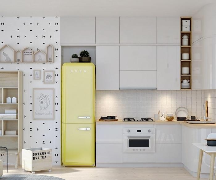 cuisine blanche plan de travail bois avec meubles de cuisine blancs, parquet clair, frigo jaune et etageres en bois