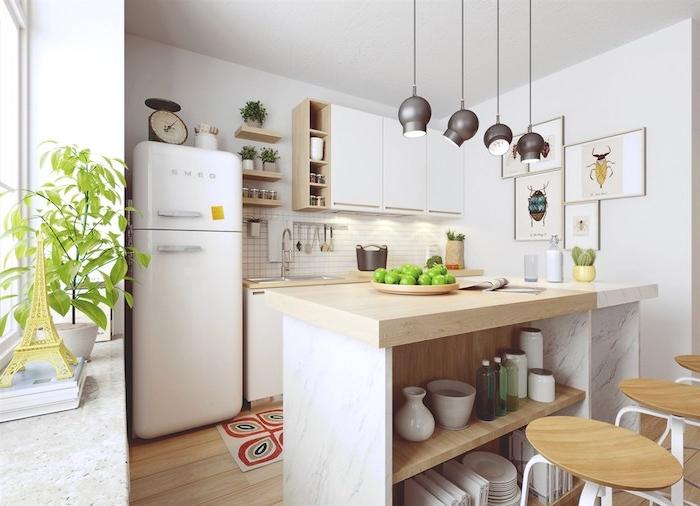 cuisine bois et blanc avec ilot central marbre et bois et parquet bois clair, credence carrelage blanc, facade blanche, suspensions grises style industriel, accents vintage