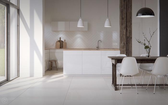 exemple cuisine bois et blanc avec facade cuisine îlot central et credence blancs, poutre apparente bois, table bois et chaises scandinaves