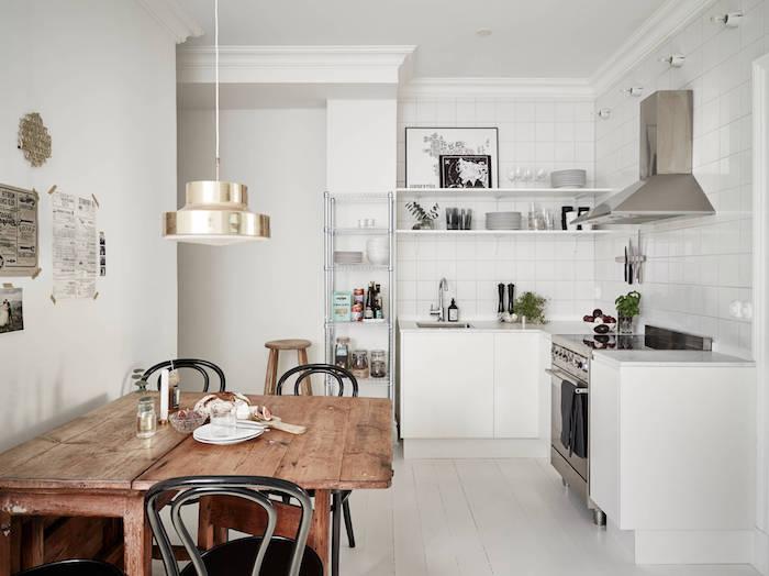 cuisine moderne blanche style industriel, credence carrelage blanc et meuble cuisine blanc, parquet blanchi, aspirateur inox, table bois brut et chaises noires