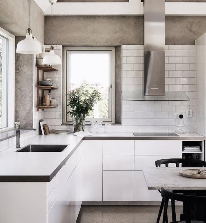 cuisine grise et blanche avec mur imitation beton, meuble cuisine blanc et plan de travail gris, aspirateur gris et verre, petite etagere d angle