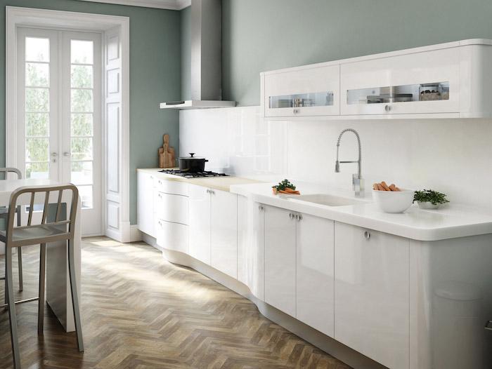 exemple cuisine blanche laquée avec credence blanche, parquet marron, murs couleur vert de gris, bat blanc chaises inox