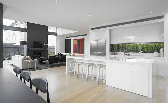 credence cuisine moderne sticker nature, cuisine laquée blanche frigo inox, parquet clair, ilot central blanc, ouverture sur salon gris
