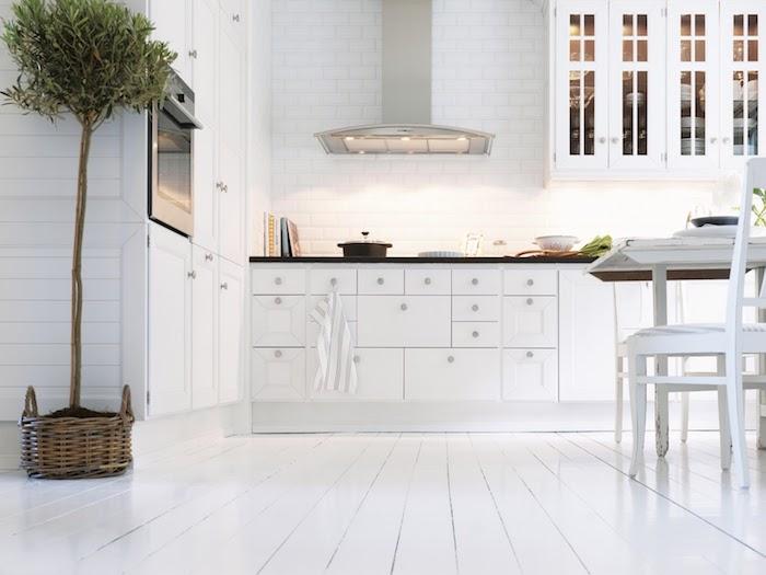 cuisine blanc laqué, meuble cuisine haut et bas couleur blanche, aspirateur nox, parquet blanchi, arbre vert, coin repas