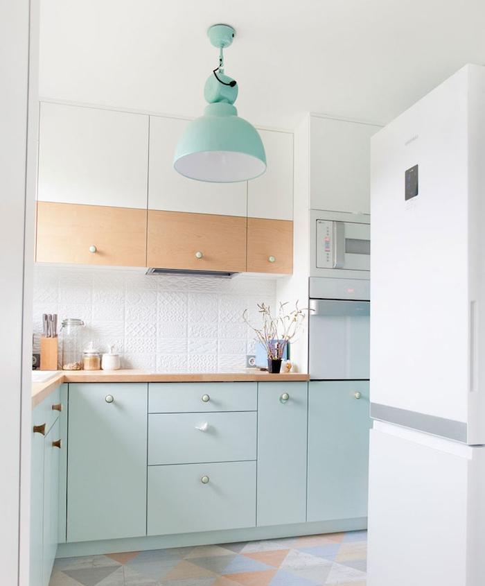 modele de cuisine pas chere avec meuble bas bleu pastel clair et meubles hauts en blanc et bois, sol à triangles colorés
