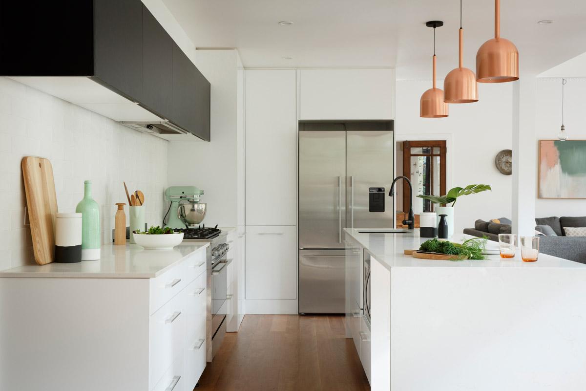cuisines équipées, exemple de facade cuisine blanche, parquet bois clair, meuble haut noir, suspensuons rose gold au dessus d un ilot blanc