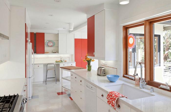 modeles de cuisine, exemple cuisine blanc et rouge, carrelage sol grism plan de travail laqué finition brillante, placards rouges
