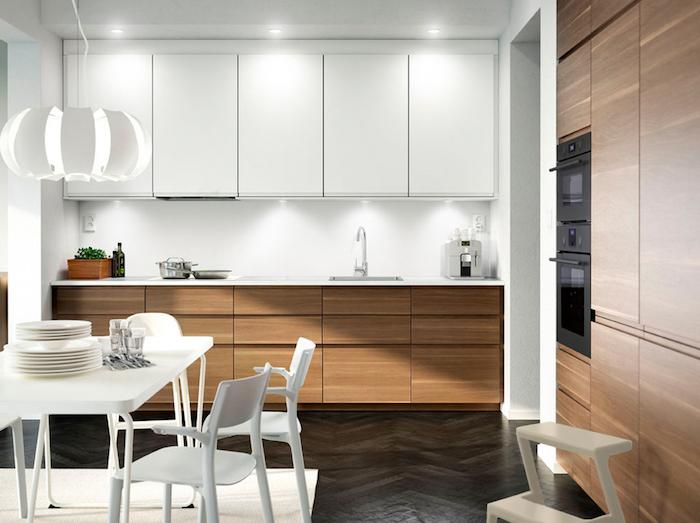 modele de cuisine blanche tt bois, meuble bas et armoire cuisine bois, meuble haut blanc, table et chaises blanches, suspension originale, parquet noir