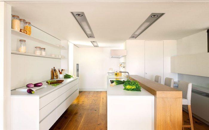 cuisine bois et blanc avec parquet bois naturel, ilot central en blanc et bois, meuble cuisine laqué, etageres ouvertes