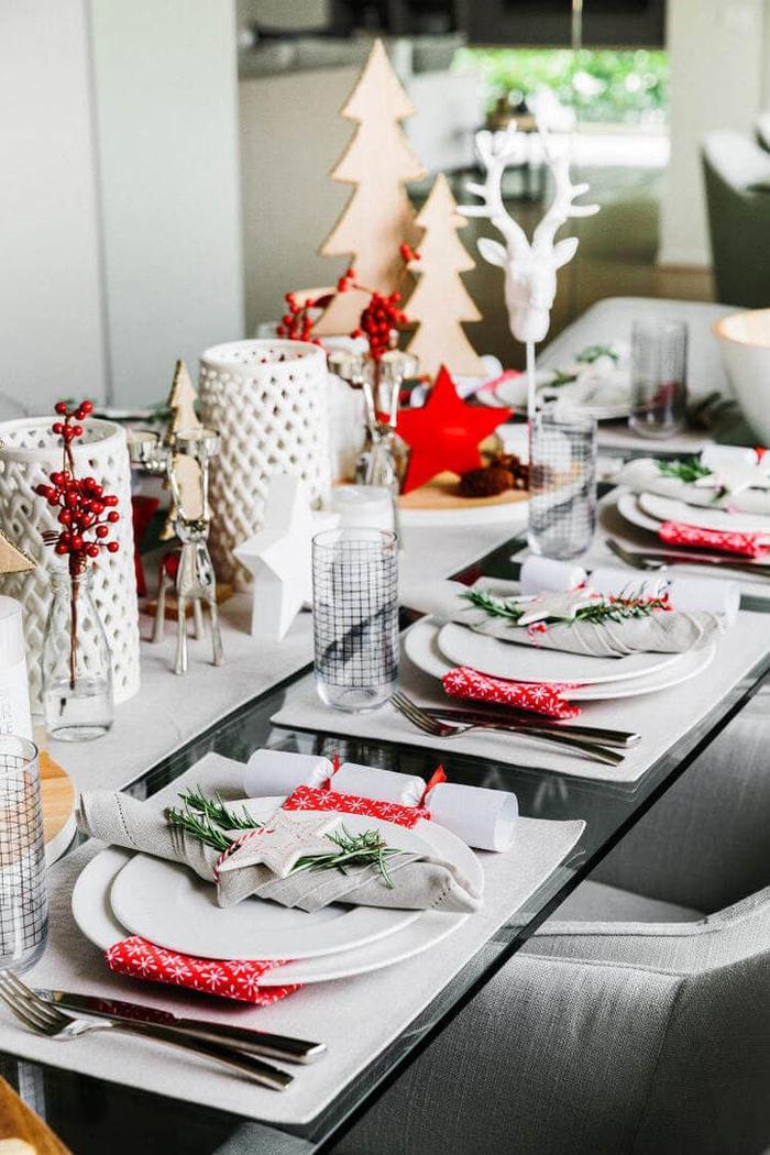 une décoration de table élégante aux couleurs traditionnelle avec un centre de table aux motifs de saison en blanc et rouge