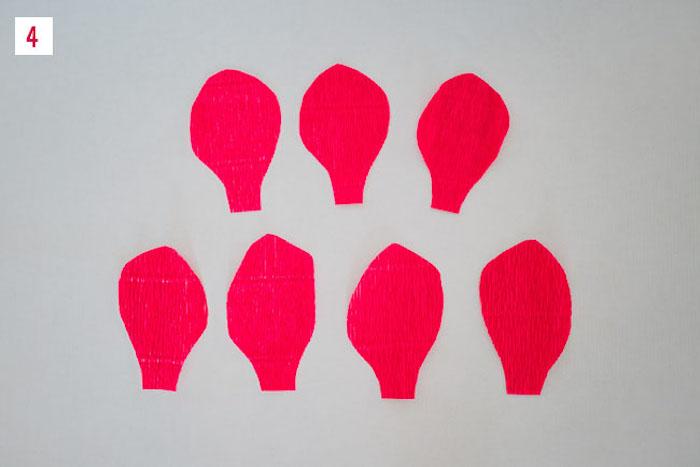 des pétales de fleurs rouges découpés dans du papier, idée de diy fleur en papier crepon à faire soi meme
