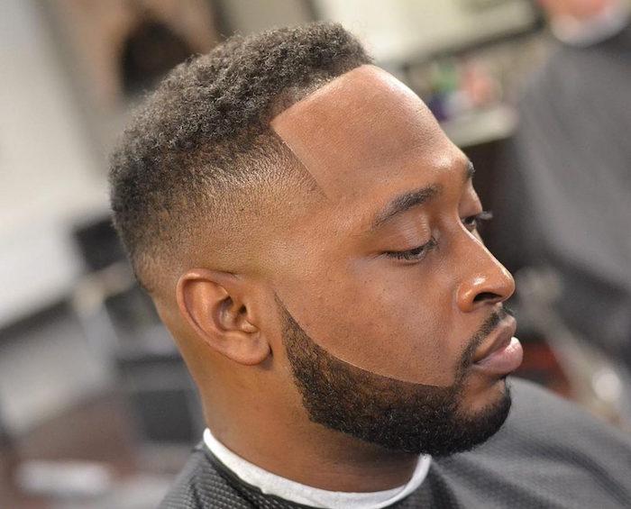coiffure homme afro degradé barbe courte front ligne droite