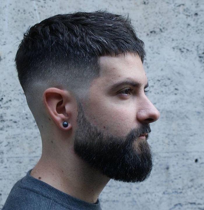 coupe dégradée court cote long dessus homme avec barbe